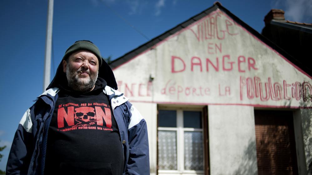 """Claude Herbin, l'habitant du site du projet d'aéroport de Notre-Dames-des-Landes (Loire-Atlantique) menacé d'expulsion, a fait inscrire """"Vinci déporte la population"""" sur le fronton de sa maison."""
