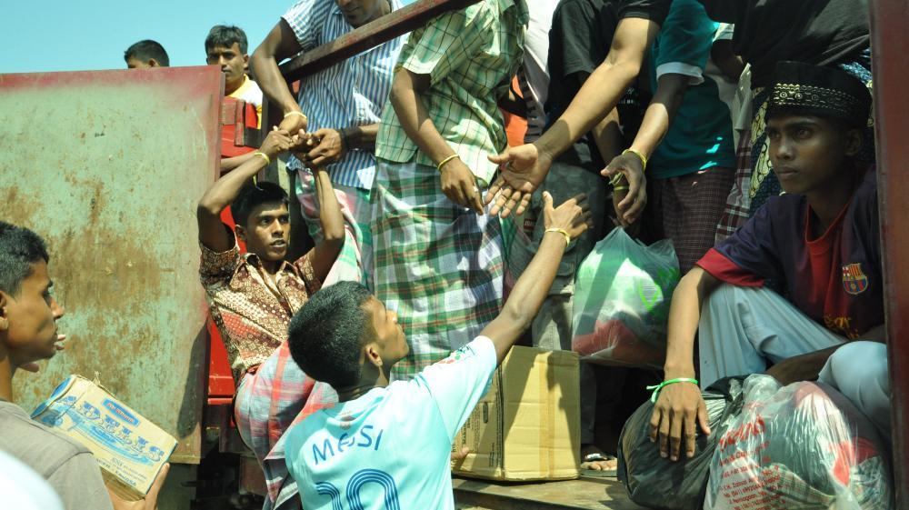 Des migrants Rohingyas sont transportés vers leur nouvel abri temporaire, le 13 mai 2015, à Aceh, en Indonésie.