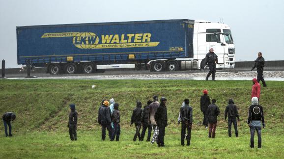 Des policiers repoussent des migrants aux abords du port de Calais, le 29 octobre 2014.