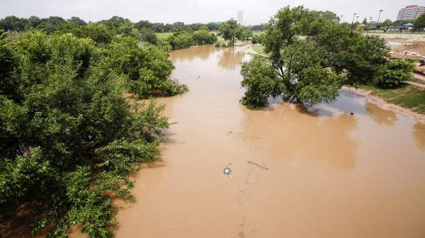 video texas une riviere en crue s engouffre dans une maison