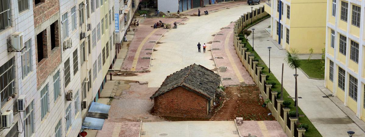 Chine les propri taires de cette maison qui bloque la rue refusent sa destruction - Maison de la chine boutique ...