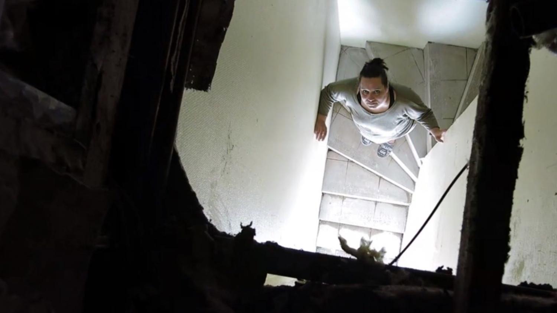 Video sa cabine de douche fait une chute de 4 m tres dans - Cabine de douche fabrication francaise ...