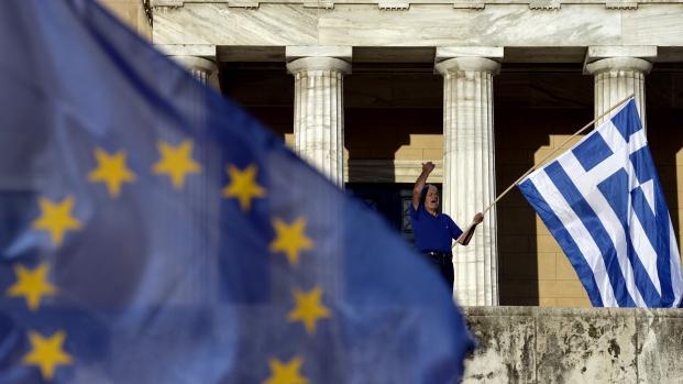 Un homme manifeste devant le Parlement grec, à Athènes, la capitale grecque,le 22 juin 2015.