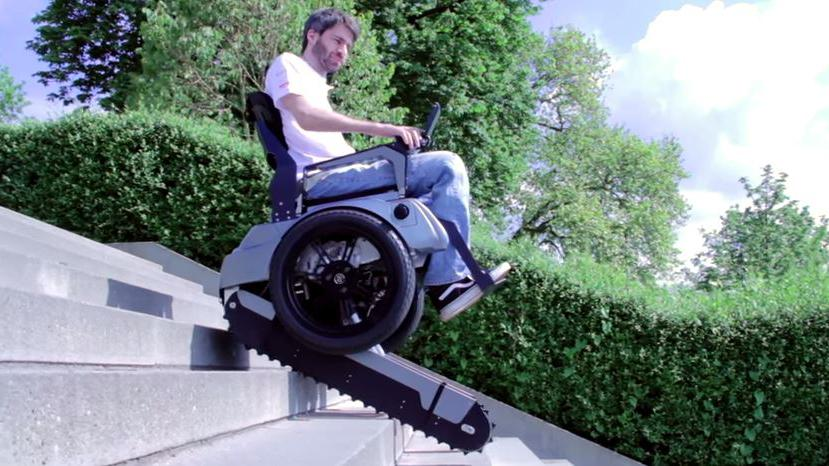 VIDEO. Ce fauteuil électrique pour handicapé monte les