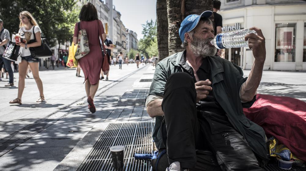 Un sans-abri se désaltère à Lyon (Rhône), le 30 juin 2015.