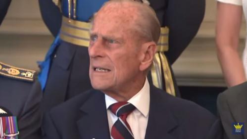 Eurozapping : le prince Philip nouveau retraité, un tagueur chasse les croix gammées