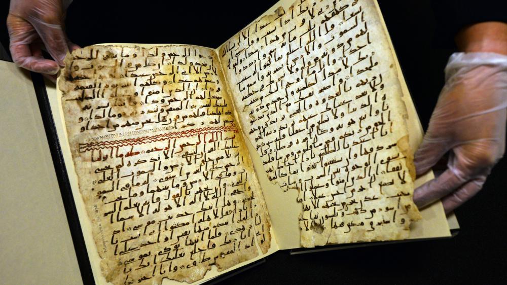 Une conservatrice de l'université de Birmingham (Royaume-Uni) montre, le 22 juillet 2015, de très anciens fragments du Coran, retrouvés dans la bibliothèque de l'établissement.