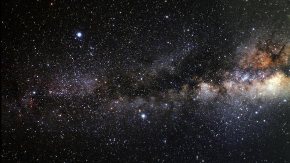 """""""Les belles d'été"""" ou le triangle d'été composé de trois étoiles brillantes : Vega (en haut à gauche), Altair (en bas au centre) et Deneb (tout à gauche)."""