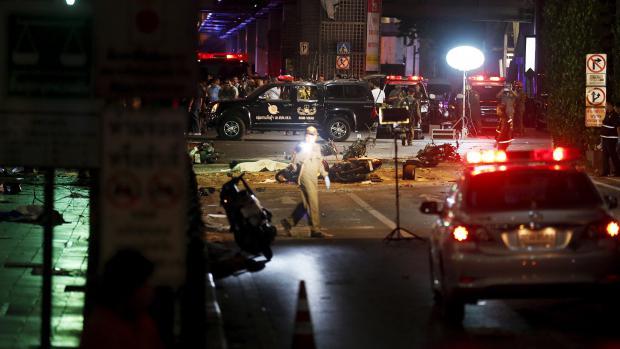 Des enquêteurs examine la scène de l'attentat commis à Bangkok (Thaïlande), le 17 août 2015.