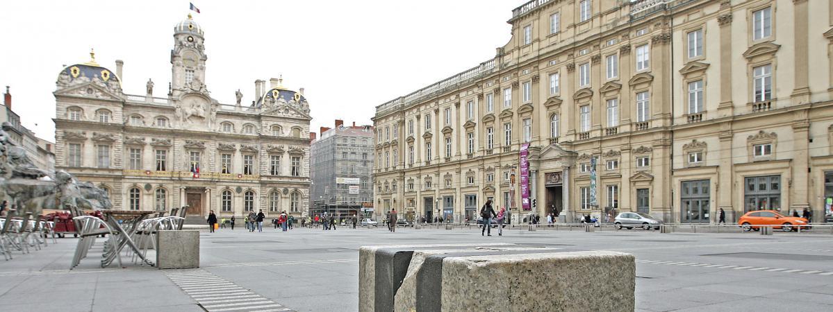 Place des terreaux l 39 artiste buren envisage de porter for Piscine miroir lyon
