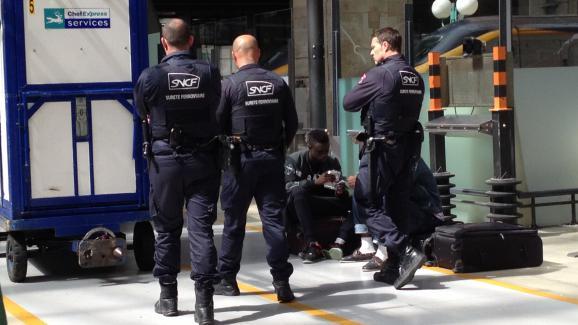 menace terroriste la gare du nord la police cherche une aiguille dans une botte de foin. Black Bedroom Furniture Sets. Home Design Ideas