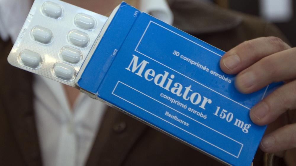 Irène Frachon montre une boîte de Mediator aux médias, le 14 mai 2012, au tribunal de Nanterre (Hauts-de-Seine).