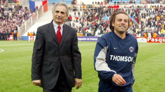 L\'entraîneur Vahid Halilhodzic et le joueur Fabrice Fiorèse sous les couleurs du Paris Saint-Germain, le 28 avril 2004 à Nantes.
