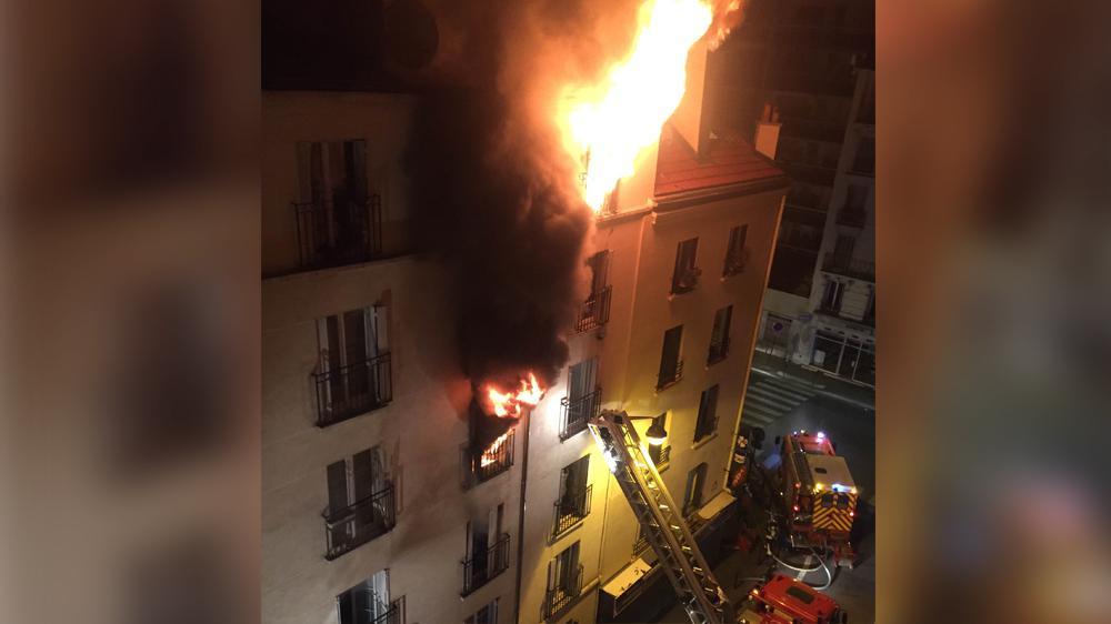 Un incendie ravage un immeuble du 18e arrondissement de Paris, le 2 septembre 2015.