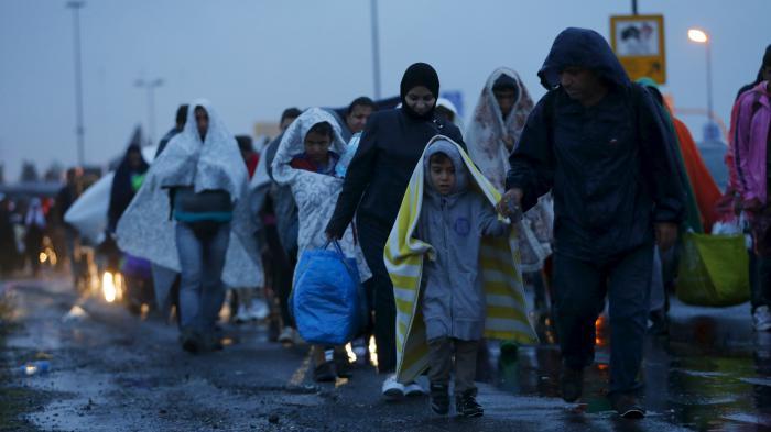 Des centaines de migrants traversent à pied la frontière austro-hongroise