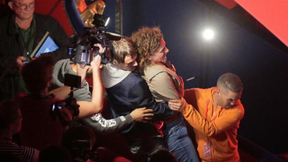Une femme est évacuée du Cirque d'Hiver par le service d'ordre du meeting organisé par le PS, mardi 8 septembre 2015 à Paris.