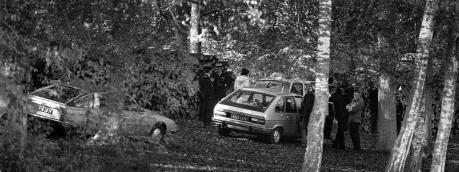 Des policiers examinent les lieux près de l'étang où a été découvert le corps de Robert Boulin en 1979, dans la forêt de Rambouillet (Yvelines).