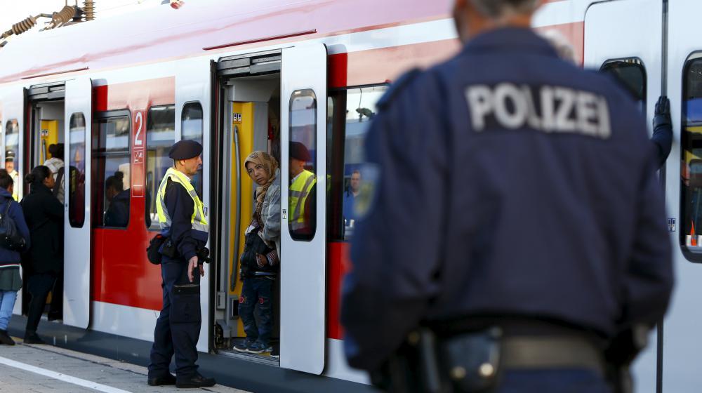 Des migrants montent dans un train en gare de Munich (Allemagne), le 13 septembre 2015.