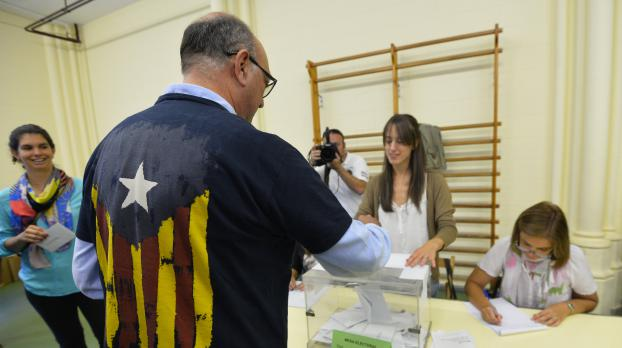 Un électeur vote à l'occasion de l'élection du Parlement régional de Catalogne, dimanche 27 septembre 2015, dans un bureau de vote de Barcelone (Espagne).