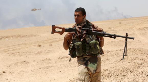 Un soldat irakien patrouille dans la province d'Anbar (Irak), le 22 juillet 2015.