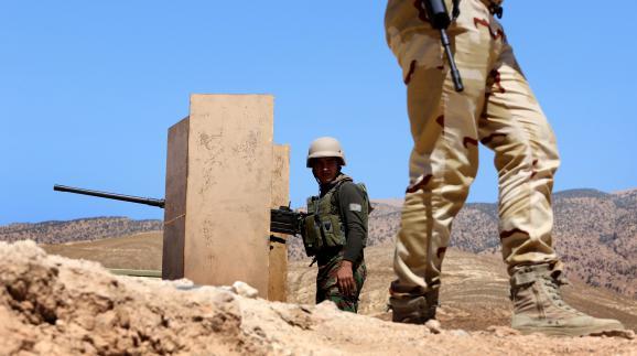 Des combattants kurdes peshmergas combattent le groupe Etat islamique à Mossoul (Irak), le 17 août 2015.