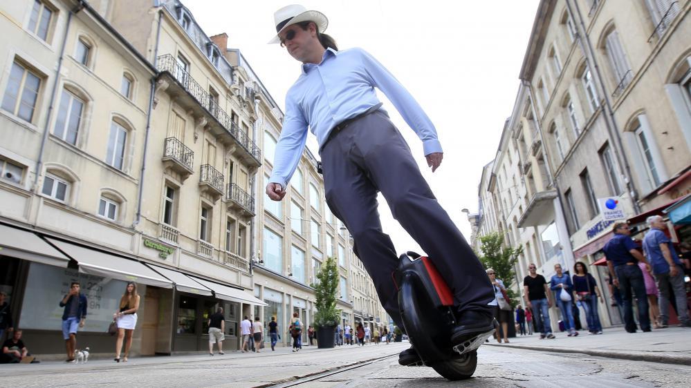 Un utilisateur de roue électrique dans une rue de Nancy, le 2 juillet 2014.