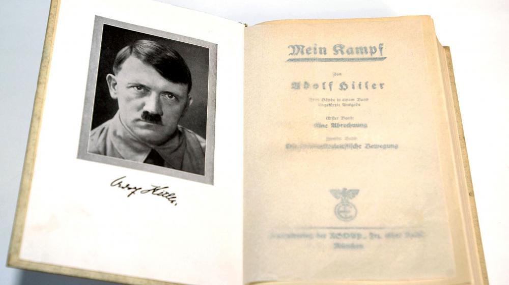 """Une copie de la première édition de """"Mein Kampf"""" d'Hitler."""