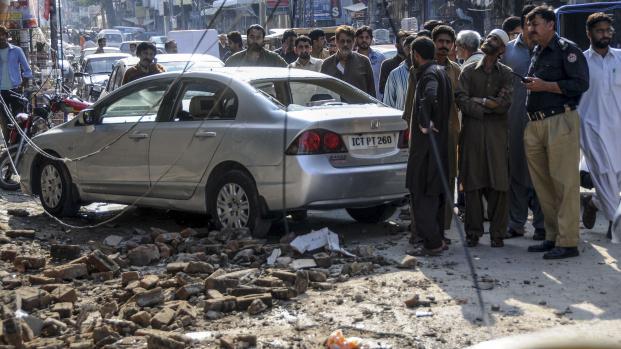 Des Pakistanais sont rassemblés dans une rue de Rawalpindi, après un séisme de magnitude 7,5, le 26 octobre 2015.