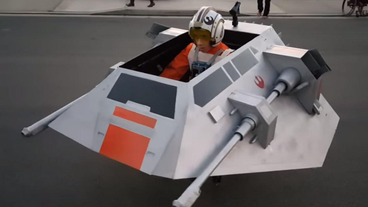 video. pour halloween, un papa construit un vaisseau de star wars
