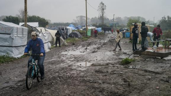"Des migrants dans la ""jungle"" de Calais, le 16 octobre 2015."