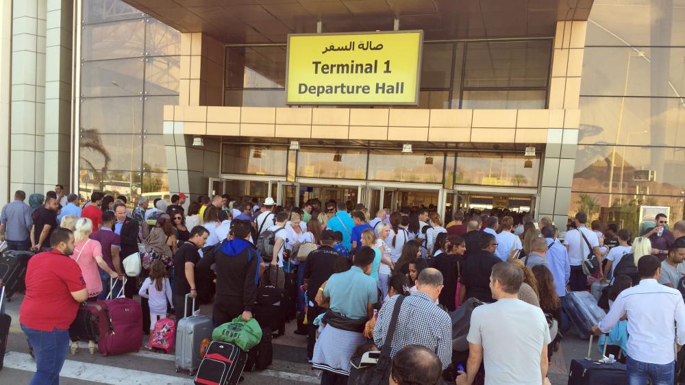 Des touristes font la queue à l'entrée du Terminal 1 de l'aéroport égyptien de Charm el-Cheikh vendredi 6 novembre 2015.