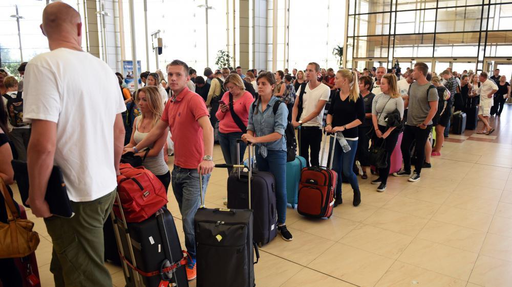 Des touristes en attente d'embarquement à Charm el-Cheikh (Egypte), où les autorités ont suspendul'arrivée des vols des compagnies britanniques, vendredi 6 novembre.