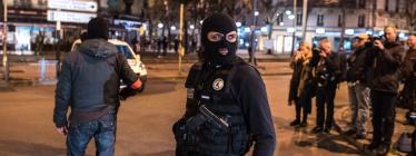 Deux policiers lors de l'intervention antiterroriste à Saint-Denis, le 18 novembre 2015.