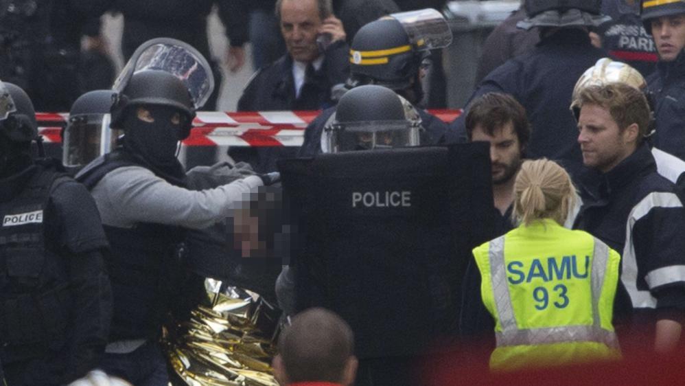 Un homme est arrêté par des membres des forces de l'ordrelors de l'intervention antiterroriste à Saint-Denis (Seine-Saint-Denis), le 18 novembre 2015.
