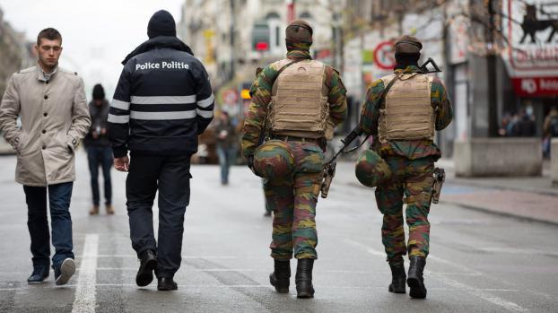 Stare de normalitate=razboi  Un poliţist şi doi militari patrulând pe strayile Bruxell-ului (OCTAVIAN CARARE / MAXPPP)