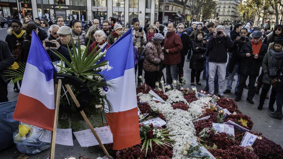 Attentats de paris comptez vous mettre un drapeau for Mettre des barreaux aux fenetres