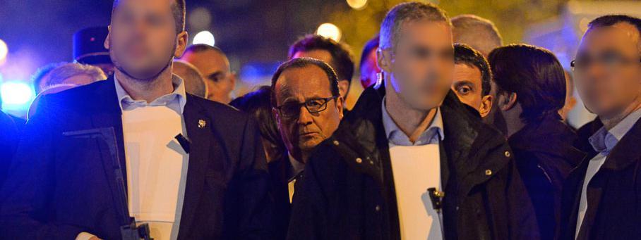 Le déplacement sous haute protection de François Hollande auBataclan (Paris), dans la nuit du 13 au 14 novembre 2015, quelques heures l'attentat qui a fait 89 morts dans la salle de spectacle.