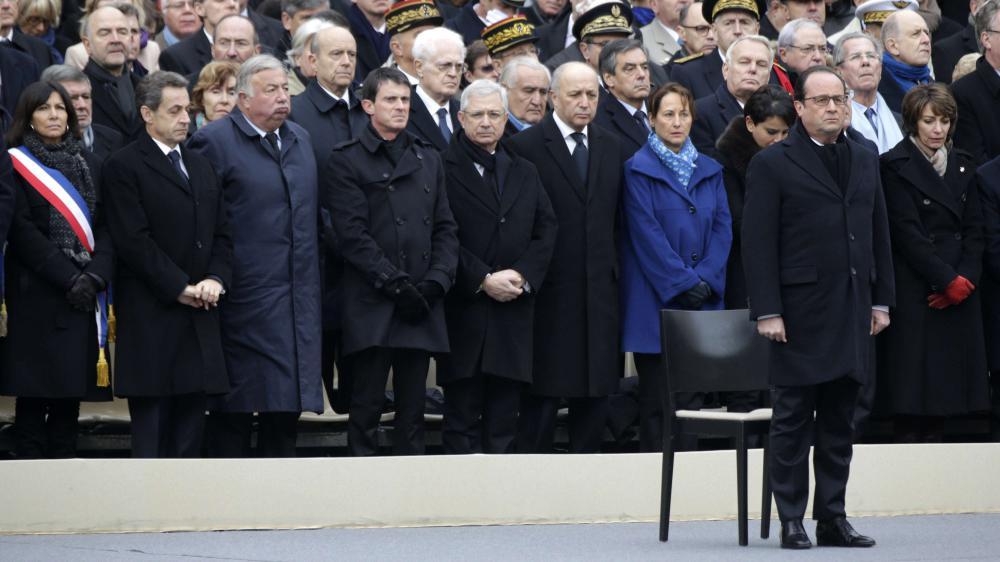 François Hollande et les principaux responsables politiques français respectent une minute de silence, dans la cour de l'hôtel des Invalides (Paris), le 27 novembre 2015.