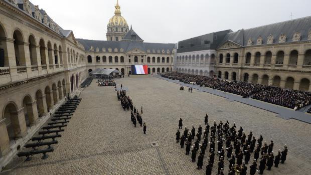La cour de l'hôtel des Invalides, à Paris, à l'occasion de la cérémonie d'hommage aux victimes des attentats de Paris, vendredi 27 novembre 2015.