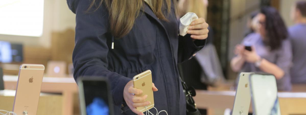c683b71ecee5 Une nbsp cliente observe un smartphone, dans un Apple Store de Paris, le 25