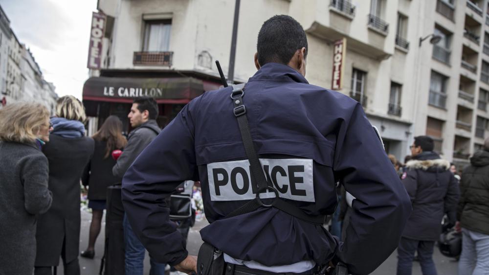 Un policier devant des restaurants et des cafés visés par des attaques, trois jours après l'assaut des terroristes, le 16 novembre, à Paris.