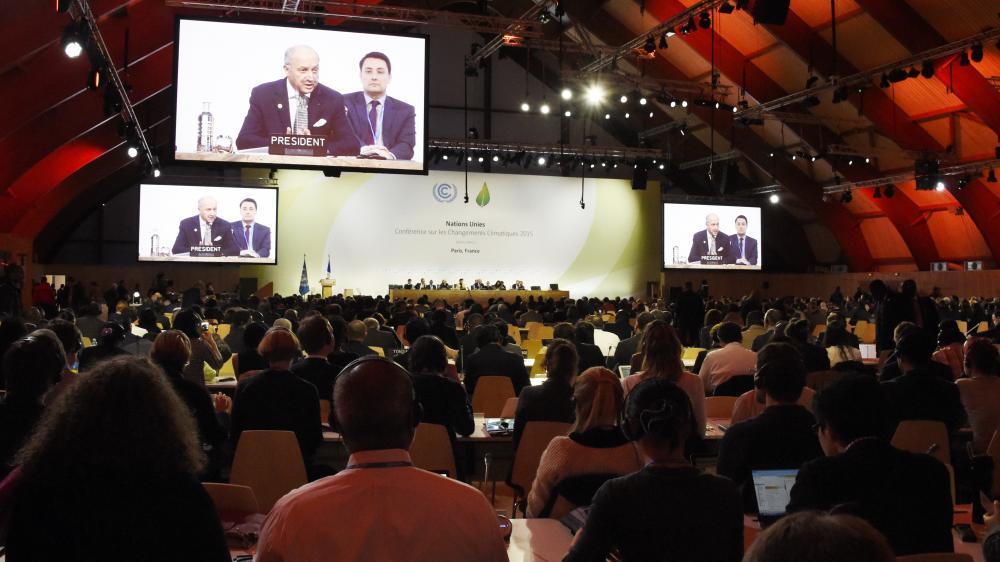 Les délégations des 195 pays écoutent le président de la COP21, Laurent Fabius, le 9 décembre 2015 au Bourget.