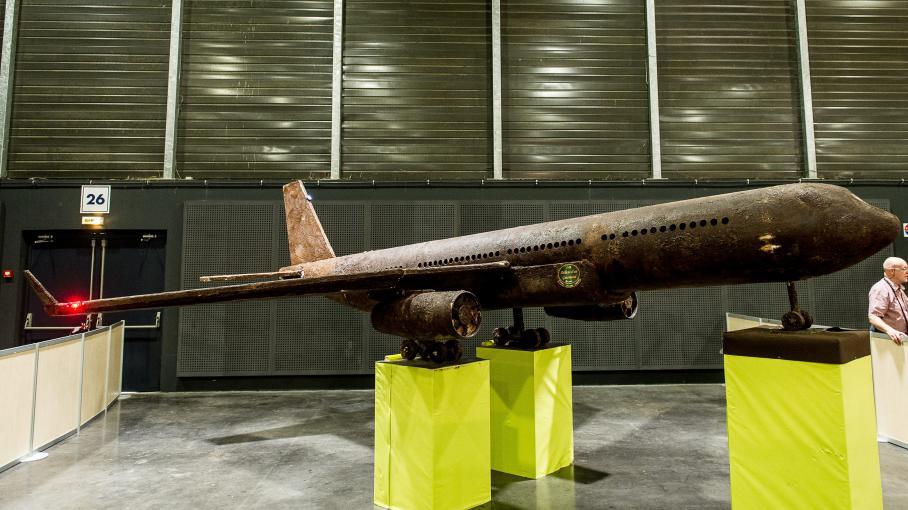 arras une plainte pour vol d pos e apr s la disparition d 39 un avion de six m tres en chocolat. Black Bedroom Furniture Sets. Home Design Ideas