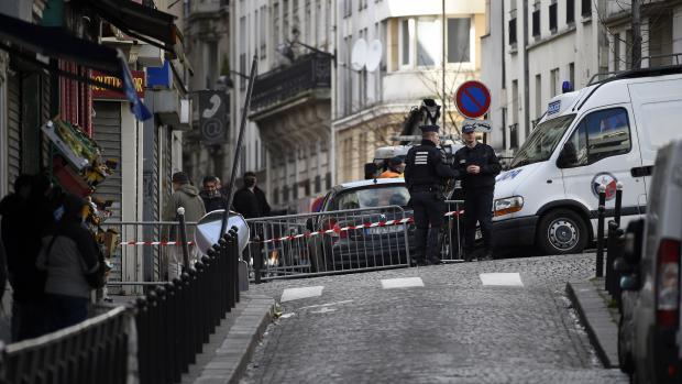 Des policiers aux abords de la rue de la Goutte-d'Or où un homme a été tué par balles devant le commissariat, jeudi 7 janvier 2016.