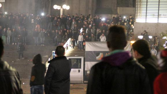 Des dizainesd'hommes rassemblés devant la gare centrale de Cologne (Allemagne) le 31 décembre 2015 pour la Saint-Sylvestre.
