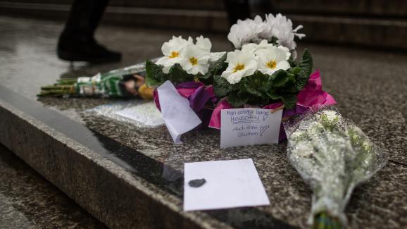 Des fleurs déposéesdevant la gare centrale de Cologne (Allemagne) après les agressions commises le 31 décembre 2015 durant la nuit de la Saint-Sylvestre.