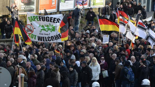 Plusieurs centaines de manifestants ont défilé contre les migrants à Cologne (Allemagne), samedi 9 janvier 2016, à l'appel du mouvement islamophobe Pegida.