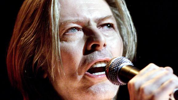 David Bowie chante le 24 juillet 2000 à New York (Etats-Unis).
