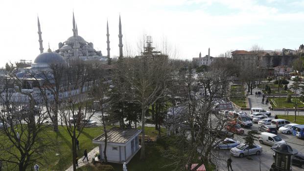 Les ambulances ont convergé vers l'esplanade Sultanahmet, à Istanbul, après une explosion qui a fait plusieurs morts, mardi 12 janvier 2016.