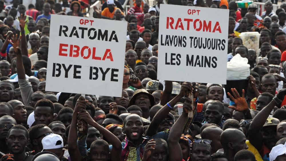 Des habitantsse félicitent de la fin de l'épidémie d'Ebola, lors d'un concert d'artistes  africains internationaux, le 30 décembre 2015 à Conakry (Guinée).